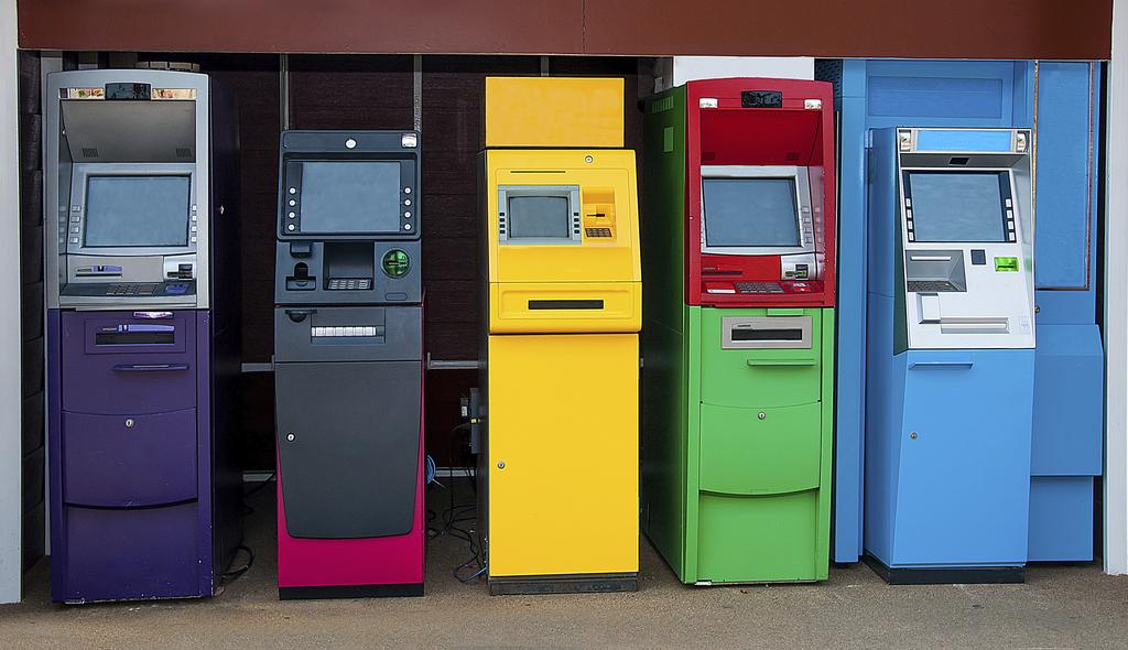 Сберегательный банк отказался развивать сеть собственных банкоматов